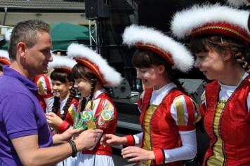 Einen frisch hergestellten Lolli von Bonbonmacher Florian Belgard bekamen die Eiserfeyer Mädchen nach ihrem Auftritt. (Foto: Reiner Züll)