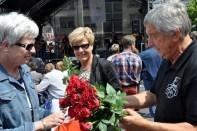 Hilfsgruppen-Vorsitzender Willi Greuel betätigte sich als Rosenkavalier. (Foto: Reiner Züll)