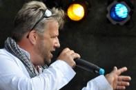 Moderator Julien Heldt führte durch as achtstündige Bühnenprogramm der Hilfsgruppe Eifel auf dem Bleibergplatz. (Foto: Reiner Züll)