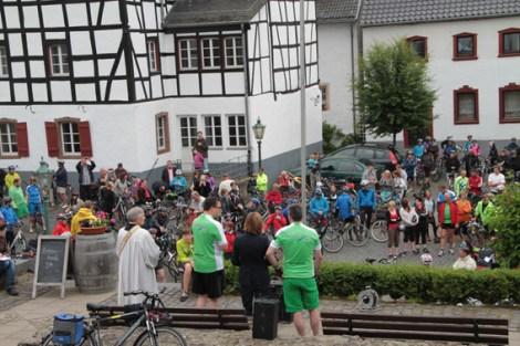 """Der Blankenheimer Bürgermeister Rolf Hartmann eröffnete am Sonntagmorgen die 10. """"Tour de Ahrtal"""". Bild: Michael Thalken/Eifeler Presse Agentur/epa"""