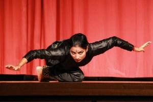 2010 war die Indische Tanzgruppe Nrityavani schon einmal in der Eifel. Dieses Foto entstand bei einem Auftritt in Mechernich. Bild: Michael Thalken/epa