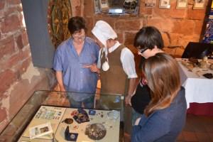 Das Burgenmuseum Nideggen steht ganz im Zeichen des Pilgerns. Exponate der Heiligtumsfahrt bereichern die Sonderausstellung derzeit.  Bild: Josef Kreutzer
