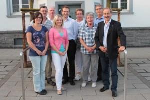 Dr. Aram Prokop (Mitte) kam nach Kall, um dem Förderverein Blankenheimerdorf und den Sponsoren Energie Nordeifel und Kiwanis-Club Nordeifel für ihre Unterstützung zu danken. Bild: Michael Thalken/Eifeler Presse Agentur/epa