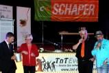 CC-Schaper_Bezirksleiter Steffen Leipard (links) mischte die Lose im Sektkübel. Malle-Sänger Fino Gastone (rechts mit Alfred Hellner) muss nun bei der Kinderkirmes in Lückerath singen. (Foto: Reiner Züll)