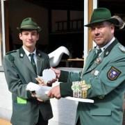 Da wusste er noch nicht, dass er zwei Stunden selbst König war: Dieter Krahe (rechts) übergibt dem neuen Jungschützenprinz Stefan Beutler die Reste des Prinzenvogels. (Foto: Reiner Züll)