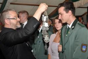 Nachdem er der Prinzessin Jessica Preußer das Krönchen übergeben hatte, stattete Präses Wieslaw Kaczor den Jungschützenprinz Stefan Beutler mit der Amtskette aus. (Foto: Reiner Züll)