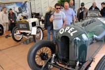 Im Opel-Zelt waren besonders wertvolle Stücke zu sehen: Links ein Rennwagen aus dem Jahr 1903, rechts ein Opel-PS-Monster aus dem Jahr 1914. (Foto: Reiner Züll)