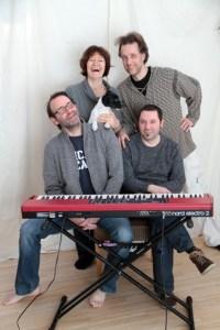 Hatten bei der Aufnahme im eigenen Tonstudio viel Spaß: Das Pia Fridhill-Quartett mit dem Vierbeiner Emma. Bild: Michael Thalken/Eifeler Presse Agentur/epa