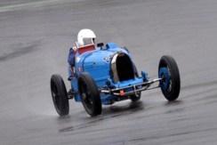 86 Jahre hat dieser Bugatti 37A auf dem Buckel. Bei strömenden Regen steuert Besitzer Hans-Ulrich Brodbeck den historischen Rennwagen über die Piste. (Foto: Reiner Züll)
