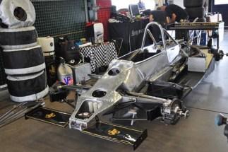 Ein nackter JPS-Lotus-Formel-1-Bolide aus dem Jahr 1976 ohne die schwarze Verkleidung mit der berühmten John Player Special Beschriftung. (Foto: Reiner Züll)