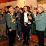 Die Maijugend Kommern gewann das Schießen um den Vereinspokal. Björn Schfer nimmt den Pokal entgegen. (Foto: Reiner Züll)