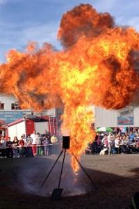 Wehe wenn das zuhause in der Küche passiert. Die Kaller Feuerwehr demonstrierte bei der Gewerbeschau, was passiert, wenn man versucht, in de Küche brennendes Fett mit Wasser zu löschen. Bild: Reiner Züll