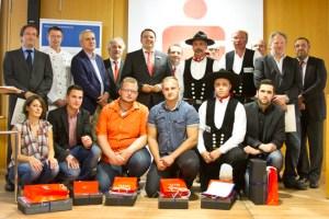 Die besten Prüflinge stellten sich mit ihren Ausbildern und den Innungsabgeordneten für die Presse zum Gruppenbild auf. Bild: Tameer Gunnar Eden/Eifeler Presse Agentur/epa