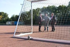 Um das Tor mit FIFA-Maßen leicht bewegen zu können, ist es mit Transportrollen ausgestattet. Bild: Tameer Gunnar Eden/Eifeler Presse Agentur/epa