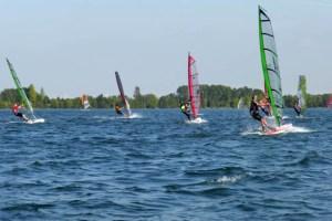 Zahlreiche Surfer aus ganz Deutschland gingen am Wochenende bei der Deutschen Meisterschaft der Surf-Bundesliga auf dem Zülpicher Wassersportsee an den Start. Bild: RWSG