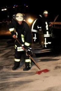 Bei weniger zeitkritischen Einsätzen, wie zum Beispiel beim Beseitigen von Ölspuren, können auch ältere Feuerwehrmitglieder wertvolle Unterstützung leisten.  Bild: Reiner Züll
