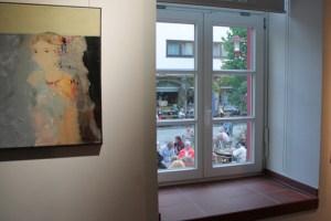 Fenster stehen im Mittelpunkt einer Kunstausstellung, die am Sonntag im KUnstForumEifel in Gemünd steht. Archivbild: Michael Thalken/epa