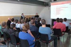 SSylwia Laß (links) und Kollegin Sarah Roes, hier bei der Vorstellung der Ergebnisse im Jahr 2014, hoffen, dass auch in diesem Jahr wieder zahlreiche Kunden an der Befragung teilnehmen werden. Bild: Michael Thalken/Eifeler Presse Agentur/epa