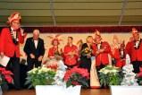 Moderator Ralph Drehsen (links) und Narrenchef Werner Keutgen (rechts) verabschiedeten mit Bürgermeister Radermacher die Vorjahres-Prinzenpaare Harld und Simone Thelen (Mitte) und Jonas Dreßen und Lara Zaun (links daneben). (Foto. Reiner Züll)