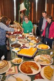 Parallel zur Typisierungsaktion in Hellenthal fand in Hollerath ein großer Weihnachtsbasar der Frauen-Bastelgruppe für die Finanzierung der Aktion statt. Die Bastelfrauen haben der Hilfsgruppe in 20 Jahren schon über 50.000 Euro gespendet. (Foto: Reiner Züll)