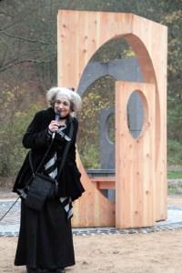 Marianne Pitzen, Gründerin und Leiterin des Frauenmuseums Bonn, übernahm die Einführung in das Kunstwerk. Bild: Michael Thalken/Eifeler Presse Agentur/epa
