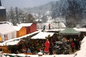 Klein aber fein: Der Weihnachtsmarkt im Burgbering von Reifferscheid. Bild: Eifelverein Reifferscheid