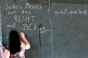 Wenn es nach dem Willen von SPD und CDU geht, dann sollen junge und jugendliche Flüchtlinge demnächst zur Schule gehen. Symbolbild/Montage: Michael Thalken/epa