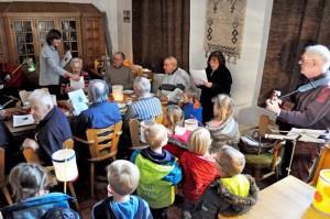 Auch Freude und Zeit kann man miteinander teilen: Kindergartenkinder zu Besuch im Demenzcafé. Foto: Carsten Düppengießer/Caritas Euskirchen