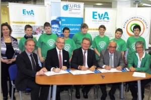 Die Kooprationspartner unterzeichneten gemeinsam einen Vertrag mit Landrat Günter Rosenke als Schirmherr der KURS-Initiative. Bild: Werner Krebs/Kreis Euskirchen