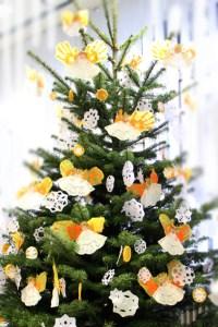 Nicht immer kommt der Weihnachtsbaum aus der Region und nicht immer ist er frei von Pestiziden. Symbolbild: Michael Thalken/epa