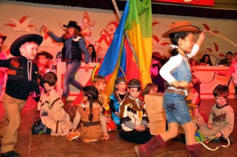 Der integrative Kindergarten aus Kall führte bei der Kindersitzung einen Indianertanz auf. Foto: Reiner Züll