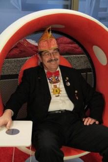 Der Prinzenführer entdeckte bei der KSK einen schönen Platz, um sioch auszuruhen. Bild: Thalken