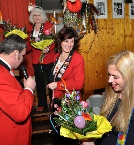 Auch Jugerndwartin Rebekka Kautz bekam Blumen vom Vereins-Chef. Sie hatte maßgeblichen Anteil an der Erstellung der Jubiläumsbroschüre. Foto: Reiner Züll