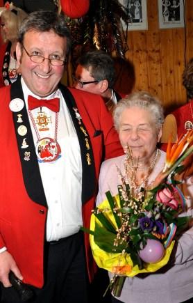 Löstige-Bröder-Chef Serner Keutgen bedankt sich bei der 78-jährigen Fine Hermanns für deren Jahrzehnte langen Einsatz als Vereins-Näherin. Foto: Reiner Züll