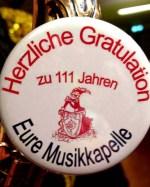 Die Musikkapelle Kall gratulierte mit speziellen Buttons zum 111. Geburtstag. (Foto: Reiner Züll)