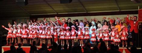 Mit über 60 Pänz auf der Bühne: Ein eindrucksvolles Bild karnevlistischer Jugendarbeit bot die KG Rot Weiß Gemünd. Bild: Reiner Züll