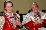 Hatten schwer an ihrer Ordenslast zu tragen: Prinzessin Gabi I. (rechts) und Jugendprinzessin Lara II. (Foto: Reiner Züll)