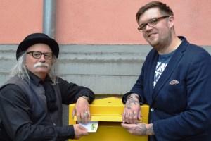 """Gastieren in Kerpen: Nicholas Müller (rechts) und Hubert vom Venn, die musikalisch von """"Commander"""" Achim Konejung begleitet werden. Bild: Katharina Franke"""
