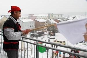 Die Mechernicher NArren wollen das Rathaus stürmen, bis der Bürgermeister die weiße Fahne schwenkt. Bild: Michael Thalken/Eifeler Presse Agentur/epa