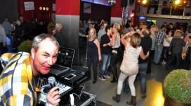 Als die Oldienacht um zwei Uhr nachts zu Ende war, hatrten viele noch nicht genug und rockten mit dem DJ bis zum Morgen im Foyer der Tonfabrik ab. Foto: Reiner Züll