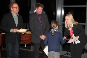 Die Nachwuchskünstler nahmen aus der Hand von Melanie Möseler die Förderpreise entgegen. Bild: Michael Talken/Eifeler Presse Agentur/epa