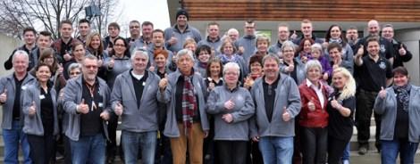 Vor Beginn der Oldienacht stellten sich alle Helfer der Hilfsgruppe zum Gruppenfoto. Foto: Reiner Züll