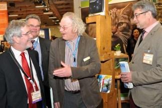 NRW-Staatssekretär Dr. Günther Horzetzky (links) am Stand des Nationalparks Eifel. Er ließ sich von Henning Walter und Michael Lammertz (rechts) informieren. Foto: Reiner Züll