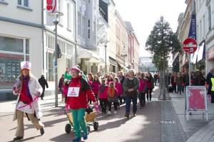 """Karla-M. Götze (l.) führte singend, rufend und tanzend die über 200 Teilnehmer der Euskirchener Gruppe von """"One Billion Rising"""" an. Bild: Tameer Gunnar Eden/Eifeler Presse Agentur/epa"""