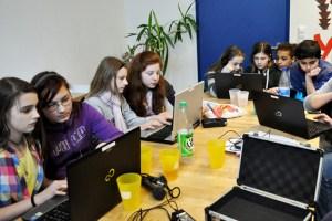 Die Jugendlichen bei der Arbeit am Computer Bild: Veranstalter