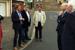 Manfred Poth (v.l.) Bernd Kolvenbach und Josef Reidt informierten sich vor Ort über die Anliegen der Bürger in Rheder. Bild: CDU