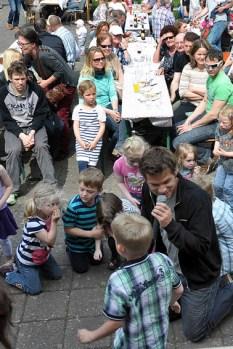 Ging sogar für seine kleinen Fans in die Knie: Kinderliedersänger Uwe Reetz beim Vatertagsfest. Bild: Reiner Züll