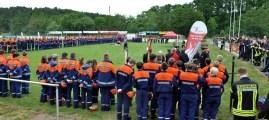 Zur Preisverleihung waren die rund 250 Jugendfeuerwehrmitglieder auf dem Rasenplatz der Kaller Sportanlage angetreten, um den verdienten Lohn in Form der Leistungsspange in Empfang zu nehmen. Foto: Reiner Züll