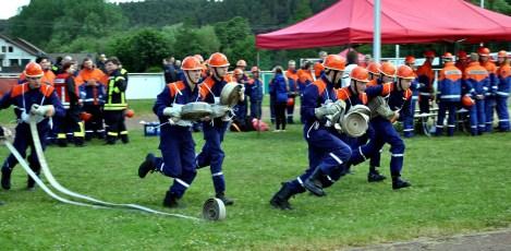 Schnelligkeit war oberstes Gebot bei den feuerwehrtechnischen Aufgaben, die die Jugendlichen bewältigen mussten. Foto: Reiner Züll