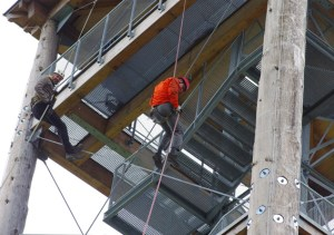Kletterer der DAV-Sektion Schleiden/Eifel brachten die Scheren, mit denen die Politiker das Absperrband durchtrennten. Damit machten sie auch gleich auf die ursprünglich geplante Kletterwand aufmerksam, deren Finanzierungsmöglichkeiten geprüft werden sollen. Foto: Eva-Maria Berners